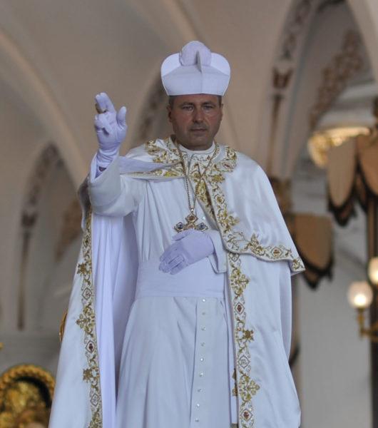 Pedro III de pie blanco capa